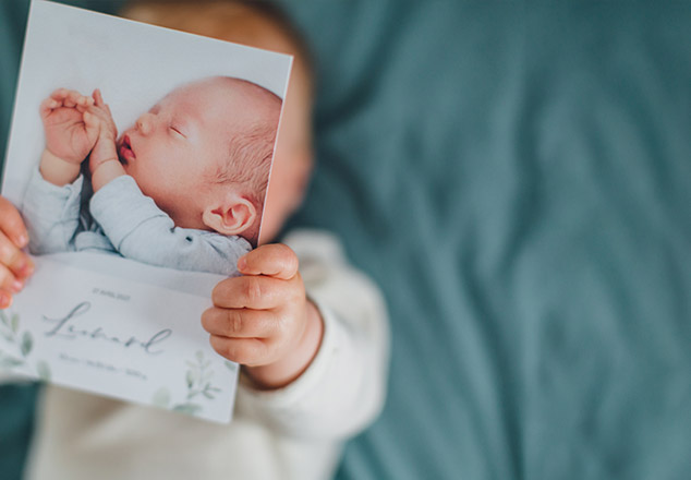 Bébé avec carte